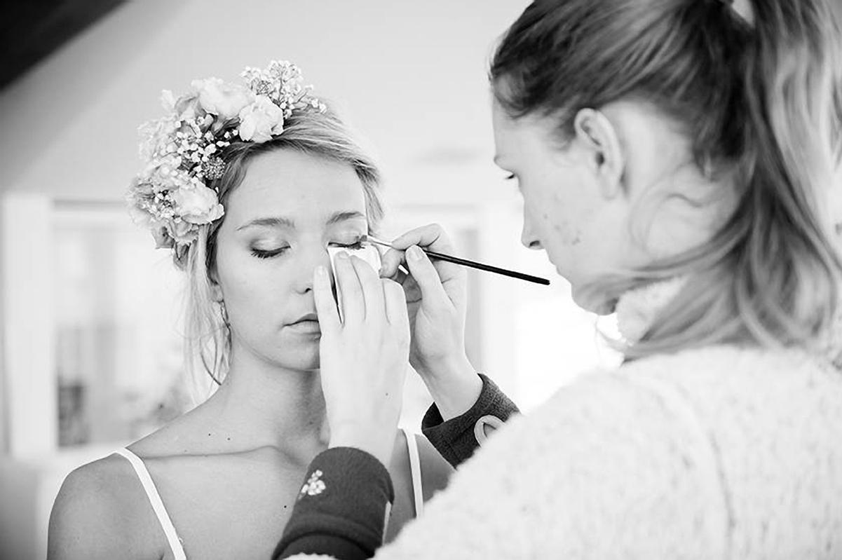 Leerlinge Enneke aan het werk tijdens de eindshoot van de Pro Makeup-Artist opleiding